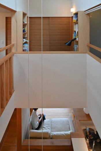 4、2階の吹抜け廻りの回廊から1階を見下ろす.jpg